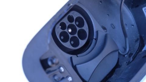 Un conector Mennekes en un coche eléctrico