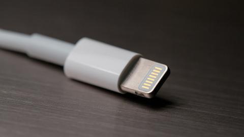 Adaptador para poder cargar el iPhone mientras escuchar música en tus auriculares.
