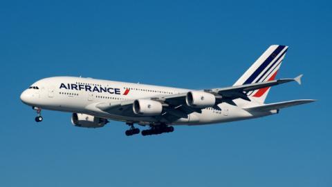Vuelo de Air France tuvo que aterrizar de emergencia por una explosión en el motor.