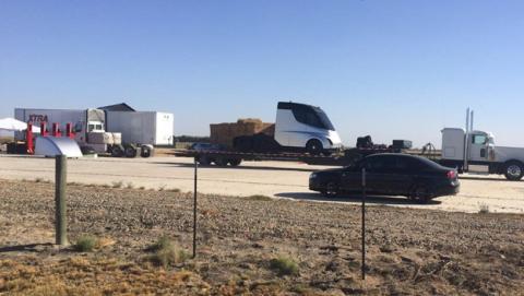 El camión eléctrico de Tesla se deja ver antes de su presentación