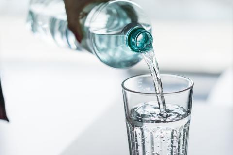Cuantos litros de agua se debe tomar diario para adelgazar