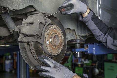 Inspección de coche en el taller