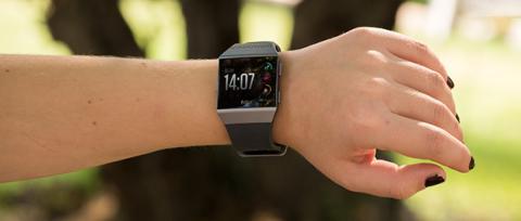 Pasa el ratón por encima de la imagen para ver las diferencias entre el Fitbit Ionic y el Apple Watch Series 3