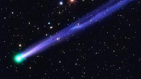 cometa con prismaticos