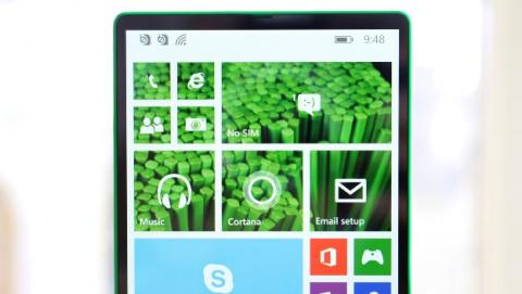 El Lumia 435, primer móvil sin marcos de la historia que nunca llegó al mercado.
