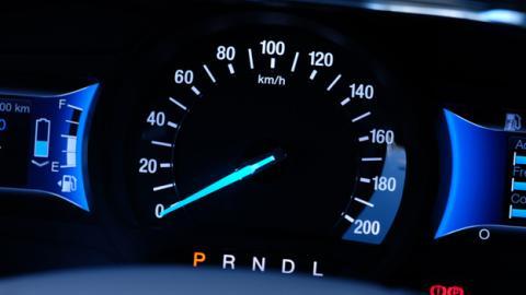 En el centro del cuadro de instrumentos está el indicador de velocidad