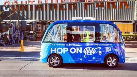 El primer autobús autónomo choca a las dos horas de estrenarse