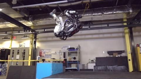 Atlas, el robot de Boston Dynamics que puede saltar y dar voleteretas.