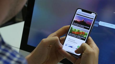Así queda el iPhone X en la mano