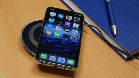 El iPhone X sobre un cargador inalámbrico
