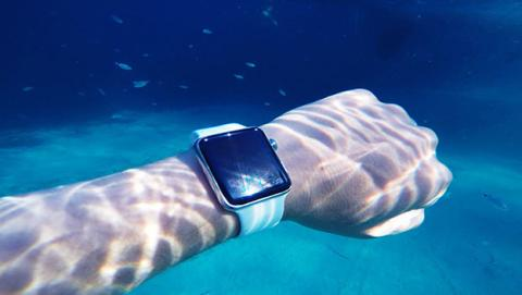 Un surfista usa su Apple Watch para evitar ser devorado por tiburones