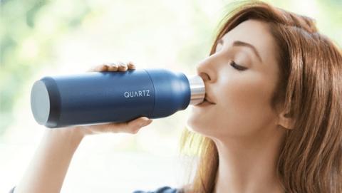 Quartz, la botella que purifica el agua, mata los gérmenes y se limpia sola