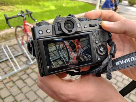 Así queda en la mano esta cámara sin espejo