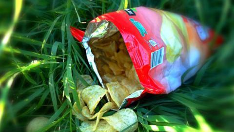 Bloquea el rastreador GPS con una bolsa de patatas.