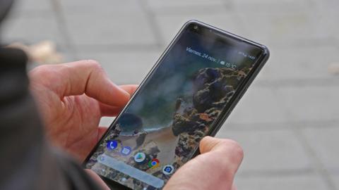 Una cosa sí que hay que admitir: en la mano, el Google Pixel 2 XL encaja realmente bien