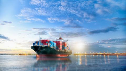El primer buque de mercancías completamente eléctrico entra en servicio en China.