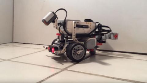 Este robot LEGO funciona con el cerebro de una hormiga.