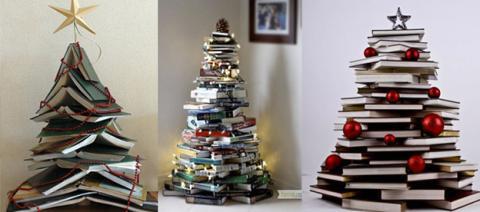 Un árbol de Navidad hecho manualmente con libros