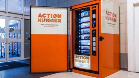 Esta máquina expendedora para indigentes ofrece comida gratis