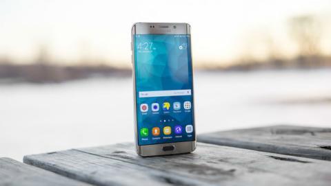 Samsung trabaja para el futuro en un móvil todo pantalla por delante y por detrás.