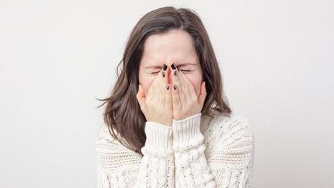 aguantar estornudo