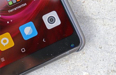 Es curioso: la cámara frontal del Xiaomi Mi Mix 2 está abajo, y no arriba