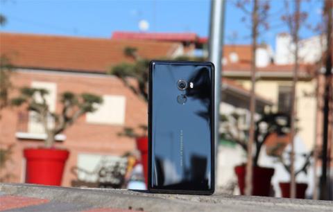 Así se ve por detrás el acabado de cristal del Xiaomi Mi Mix 2
