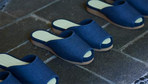 Estas zapatillas autónomas de Nissan vuelven solas al armario
