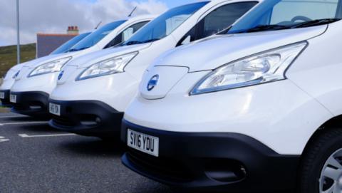 4 furgonetas eléctricas de nissan en fila