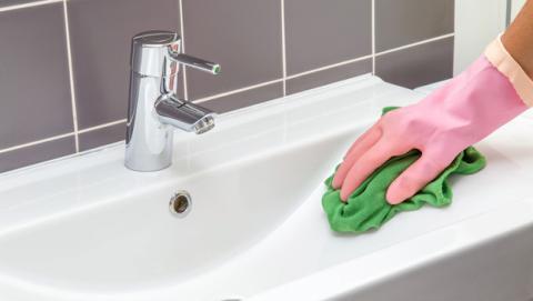 Cada cuánto tiempo hay que limpiar el cuarto de baño.