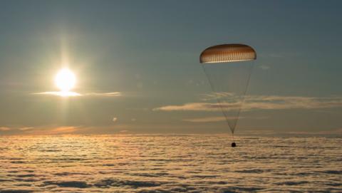 Así ha sido el momento en que han vuelto los tres astronautas a la Tierra