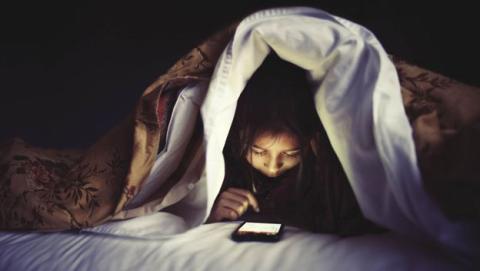 Usar móvil antes de dormir