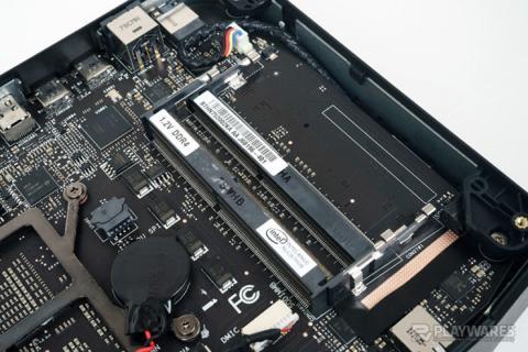 El interior del NUC 8 VR de Intel y AMD