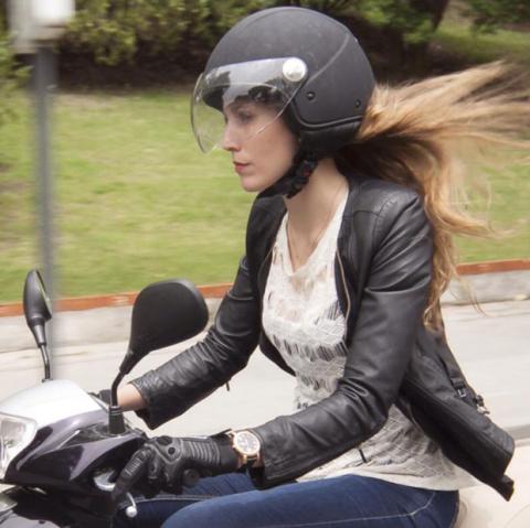 Cristina, la protagonista de nuestra entrevista sobre el aparcamiento de motos en la acera de Madrid