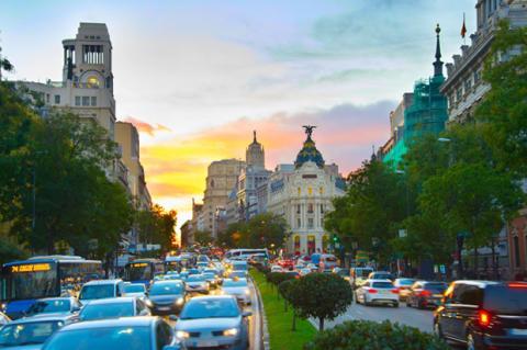Mucho tráfico de coches circulando por una calle en Madrid
