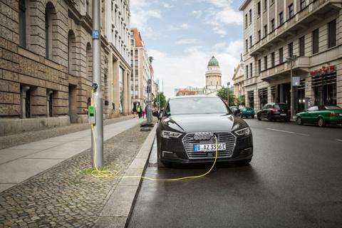 Cargar el coche eléctrico en una farola