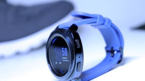 Detalle de los dos botones físicos que tiene el Samsung Gear Sport en uno de sus lados