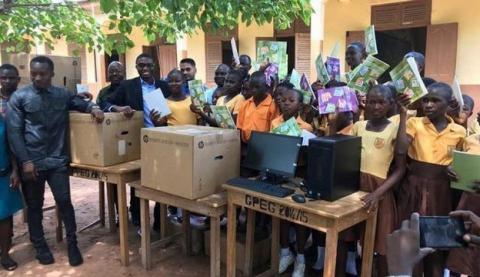 Microsoft ayuda al profesor de Ghana que enseña Word en una pizarra