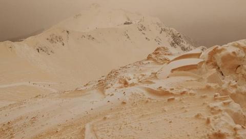 En Rusia cae nieve naranja que crea paisajes marcianos