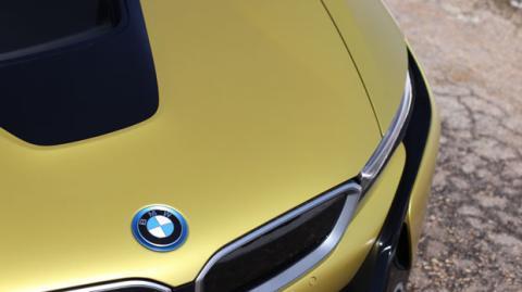 Detalle del logotipo de BMW