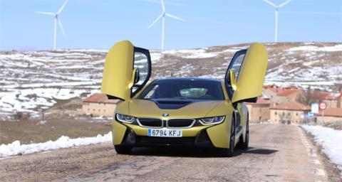 BMW i8, un coche que combina un motor de gasolina con un motor eléctrico