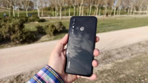 Huawei P20 Lite - trasera en exteriores