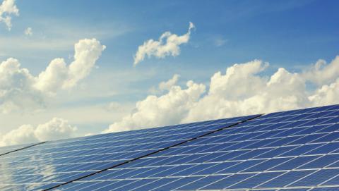 Funcionar sólo con energías renovables.