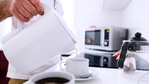 Cuánto tiempo debes calentar el café en el microondas