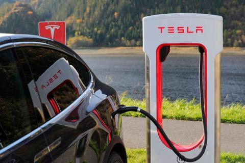 Un cargador de un coche eléctrico de Tesla