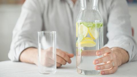 Es bueno el agua con limon para adelgazar