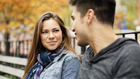 ¿Por qué es tan difícil mirar a los ojos mientras se habla?