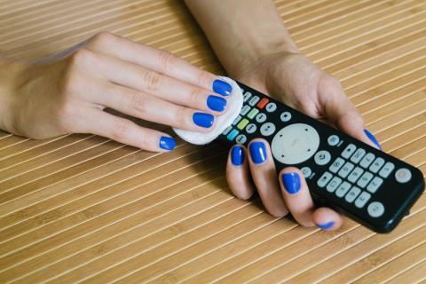 Limpiar el mando de la TV y los electrodomésticos de la casa