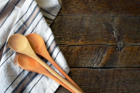 paño de cocina, cuchara de madera