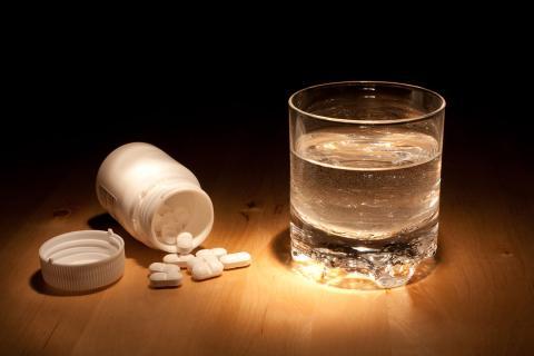 pastillas, medicinas, vaso de agua